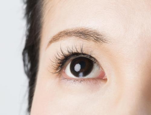 """ある日突然、目の前に""""黒い点""""が見える病気とは?原因と対処法を医師が解説"""
