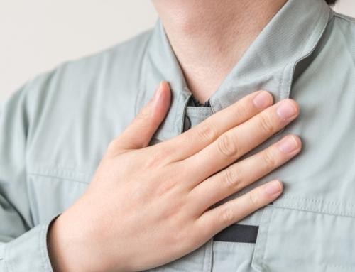 【喉が詰まる感じがあり、息苦しい】原因は何?治し方は?病院に行くべきケースも