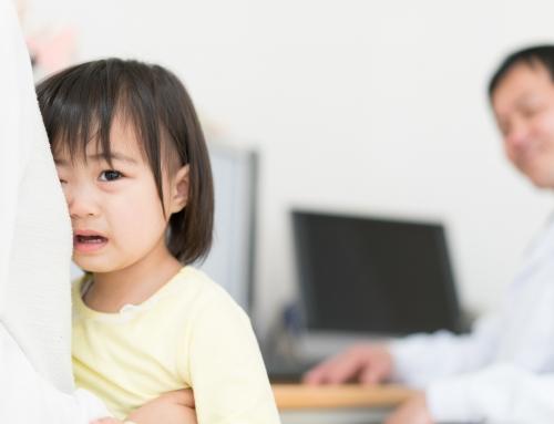 幼児の嘔吐|受診目安は?お医者さんに伝えるべきポイントも【医師監修】